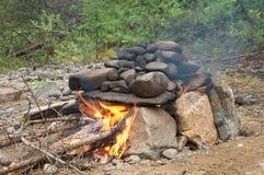 Chaminé de pedra para caminhar o banho do russo na floresta fotografia de stock