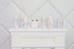 Chaminé decorativa branca, velas, pulso de disparo Fotografia de Stock