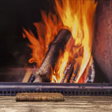 A chaminé do livro relaxa o assoalho de madeira escuro rústico do outono da queda do inverno Imagem de Stock