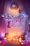 A chaminé do Natal, lugar do fogo da peúga da grinalda, decorou o interior Imagem de Stock