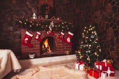 Chaminé do Natal na sala fotografia de stock