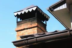 Chaminé do tijolo do close up no telhado Imagem de Stock