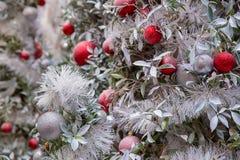 Chaminé e árvore de Natal decoradas bonitas na casa de campo Ornamento da árvore de Natal fotos de stock