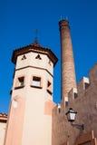 Chaminé e lanterna velhas da torre na parede Fotografia de Stock