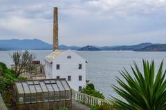 Chaminé e natureza da penitenciária de Alcatraz fotografia de stock