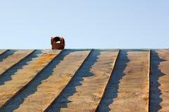 Chaminé em um telhado tinny obsoleto Fotos de Stock