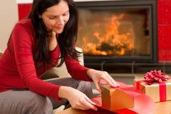 Chaminé feliz da HOME da mulher do presente do envoltório do Natal Foto de Stock Royalty Free