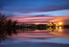 chaminé longa da fábrica do açúcar do nascer do sol da paisagem da exposição de fato Imagens de Stock Royalty Free