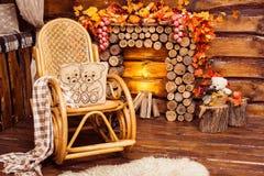 A chaminé recolheu dos logs, da balançar-cadeira e das peles fotos de stock royalty free