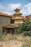 Chaminé tradicional construída no tijolo de adôbe em Ayoo de Vidriales na Espanha de Zamora Fotografia de Stock Royalty Free