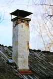 Chaminé velha em um telhado de madeira do lath foto de stock royalty free