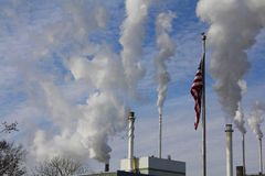 Chaminés da fábrica e bandeira americana Imagem de Stock Royalty Free