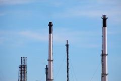 Chaminés da planta de refinaria de petróleo Imagens de Stock Royalty Free