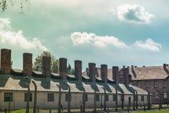 Chaminés das construções onde os corpos dos judeus inoperantes foram queimados nos campos da concentração de Auschwitz e fotografia de stock royalty free