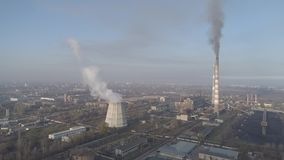 Chaminés de fumo da fábrica Problema ambiental da poluição do ambiente e do ar em grandes cidades Vista da grande planta video estoque