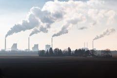Chaminés de fumo de um central elétrica ateado fogo carvão imagens de stock royalty free