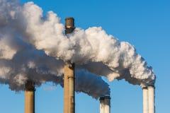 Chaminés de fumo de uma central elétrica Fotos de Stock Royalty Free