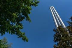 Chaminés do metal abaixo de um céu azul fotografia de stock royalty free