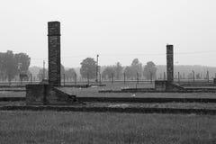 Chaminés do tijolo das casernas em Birkenau imagem de stock