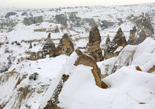 Chaminés feericamente de Cappadocia foto de stock