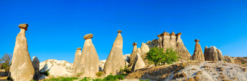 Chaminés feericamente em Cappadocia foto de stock