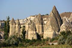 Chaminés feericamente em Cappadocia, Turquia fotografia de stock royalty free