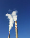 Chaminés industriais com fumo Imagem de Stock Royalty Free