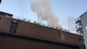 Chaminés industriais da fábrica que cercam para fora o fumo e o vapor, a tempo lapso video estoque