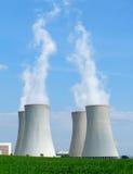 Chaminés nucleares da central energética Foto de Stock