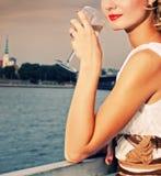 chamlagne dricker nära flodkvinna fotografering för bildbyråer