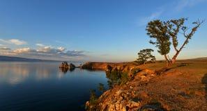 Chamán Rock en la puesta del sol, isla de Olkhon, el lago Baikal, Rusia Imagenes de archivo