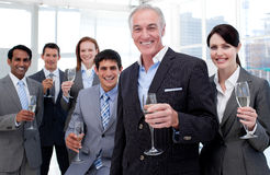 企业拿着微笑的小组的chamoagne玻璃 免版税库存图片