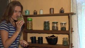 Chamomile χορτάρια μυρωδιάς γυναικών αγροτών στο βάζο και το χαμόγελο Στατικός πυροβολισμός 4K απόθεμα βίντεο