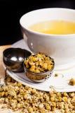 Chamomile herbata w białym szkle z rozpieczętowanym herbacianym durszlakiem fotografia stock