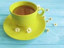 Chamomile kwiat, filiżanka ranku napoju zdrowie herbata na błękitnym drewnianym tle świeżość zdjęcie royalty free