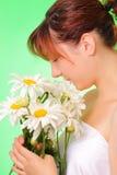chamomile kwitnie ładnych dziewczyn potomstwa Zdjęcie Royalty Free