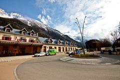 Chamonix与Mont Blanc峰顶的火车站 免版税库存图片