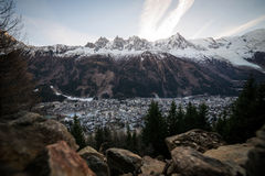 Chamonix e os cumes Mont Blanc Fotografia de Stock
