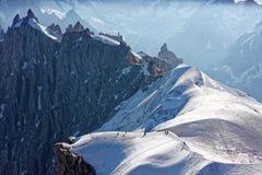 Chamonix, południowo-wschodni Francja, auvergne Arywiści przewodzi dla Mont Blanc Pochodzić od Aiguille Du Midi wagonu kolei lino zdjęcie stock