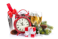 Champán, cajas de regalo y reloj de la Navidad Imagen de archivo libre de regalías