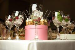 Champán con el hielo adornado maravillosamente con la frambuesa dentro Imagenes de archivo