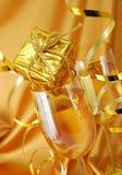 Champán con el regalo Imágenes de archivo libres de regalías