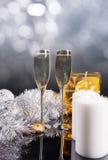 Champán con las velas, los regalos y las decoraciones Imagenes de archivo