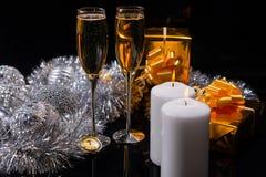 Champán con las velas, los regalos y las decoraciones Imagen de archivo