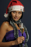 Champán de consumición de la mujer hermosa en la Navidad Imagen de archivo libre de regalías