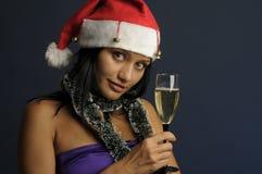 Champán de consumición de la mujer hermosa en la Navidad Fotografía de archivo libre de regalías
