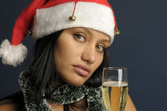 Champán de consumición de la mujer hermosa en la Navidad Imagen de archivo