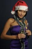Champán de consumición de la mujer hermosa en la Navidad Fotos de archivo