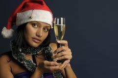 Champán de consumición de la mujer hermosa en la Navidad Foto de archivo libre de regalías