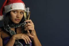 Champán de consumición de la mujer hermosa en la Navidad Fotos de archivo libres de regalías